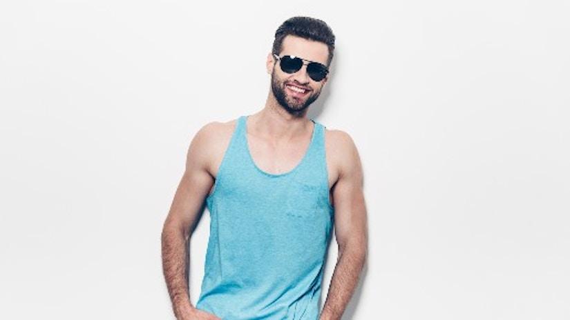 Ein Mann mit einem pastell-blauen Shirt.