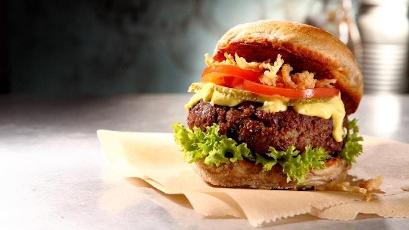 Ein Burger auf einem Tisch
