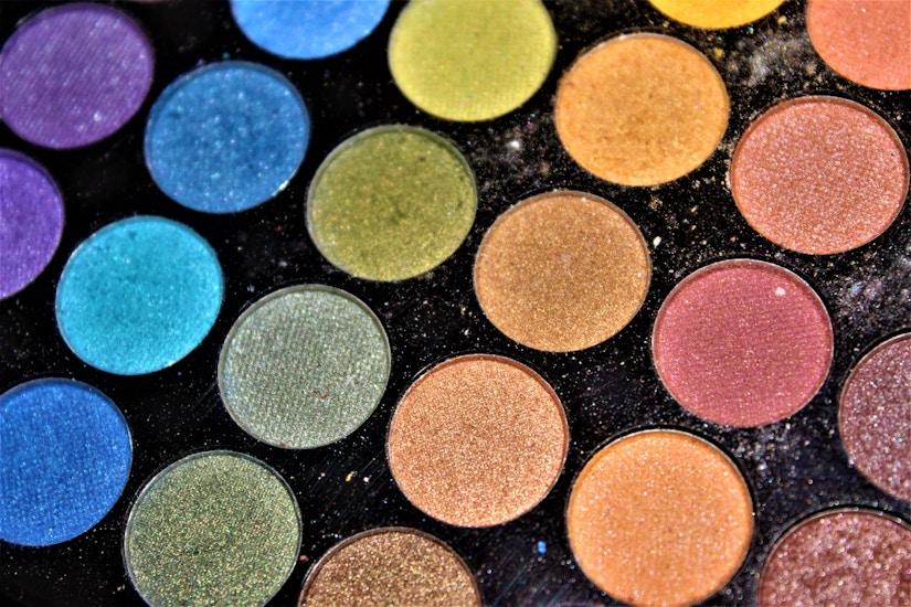 Bunte Make-Up Palette in Nahaufnahme