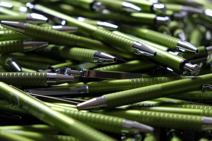 Ein Haufen grüner Kugelschreiber