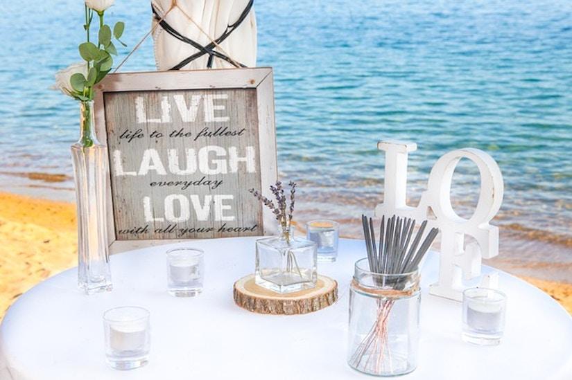 Tischdekoration und Bild mit dem Slogan: Live, Laugh, Love