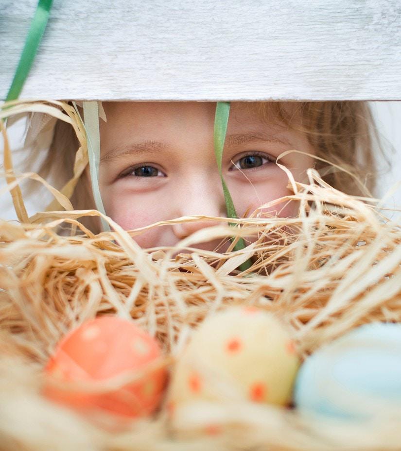 Ein Mädchen sucht Ostereier