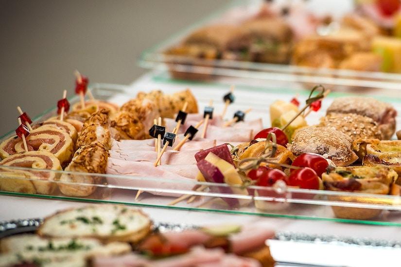Verschiedene Vorspeiseplatten auf dem Tisch
