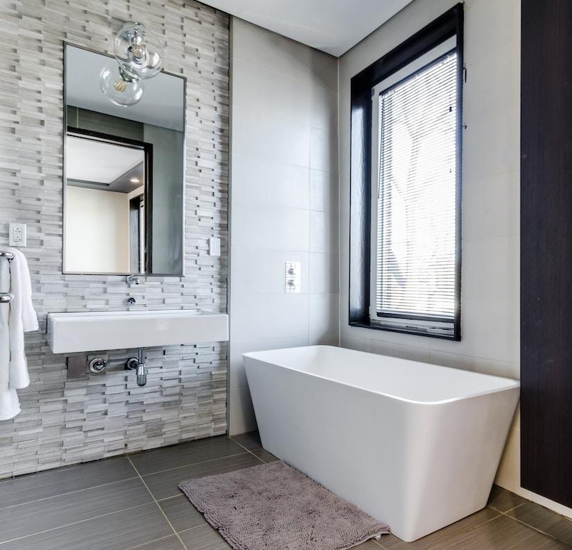 Stilvoll eingerichtetes Badezimmer