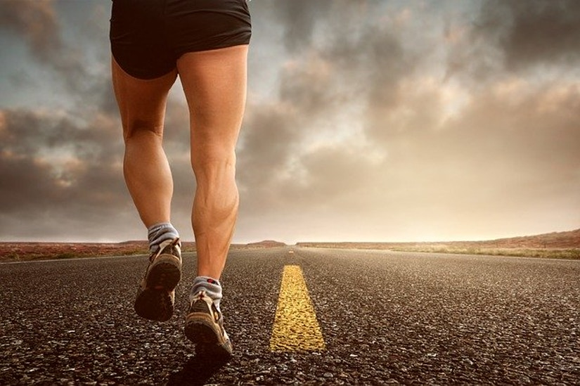 Mann joggt auf Straße