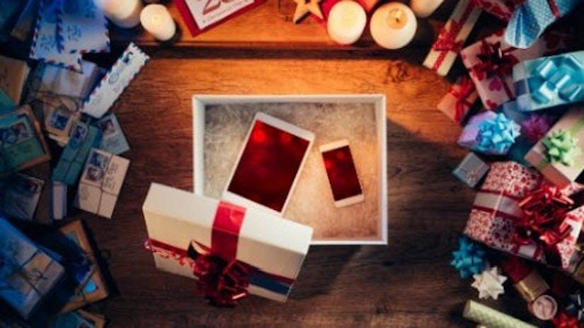 Eine Geschenkverpackung mit einem Handy und einem Tablet.