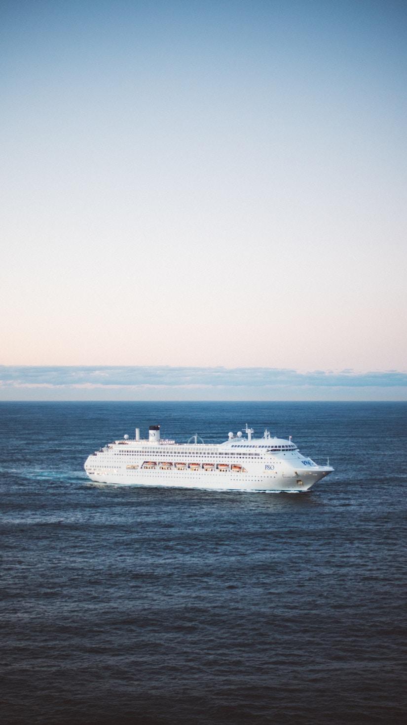 Kreuzfahrtschifft vor Küste