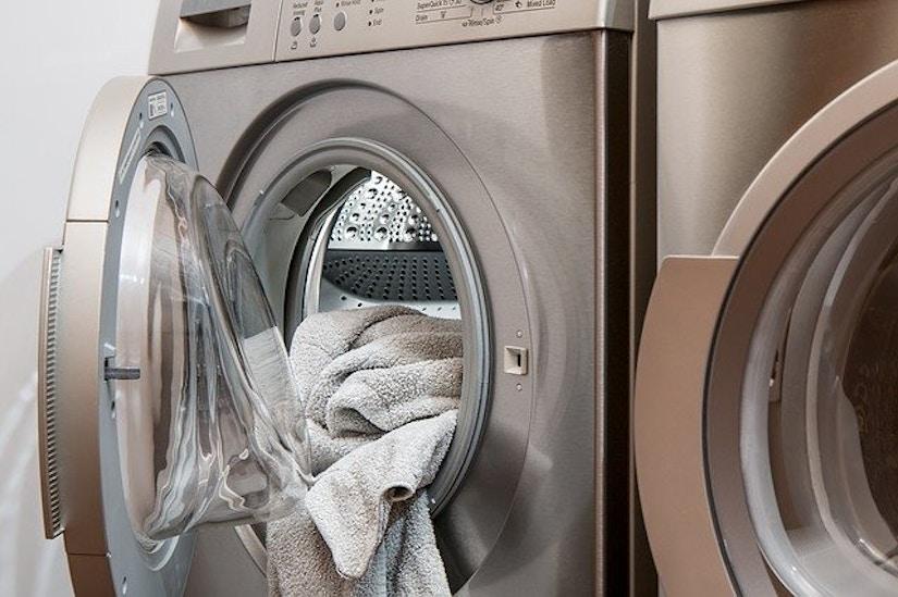 Moderne Waschmaschine neben Trockner; bei silberfarben.