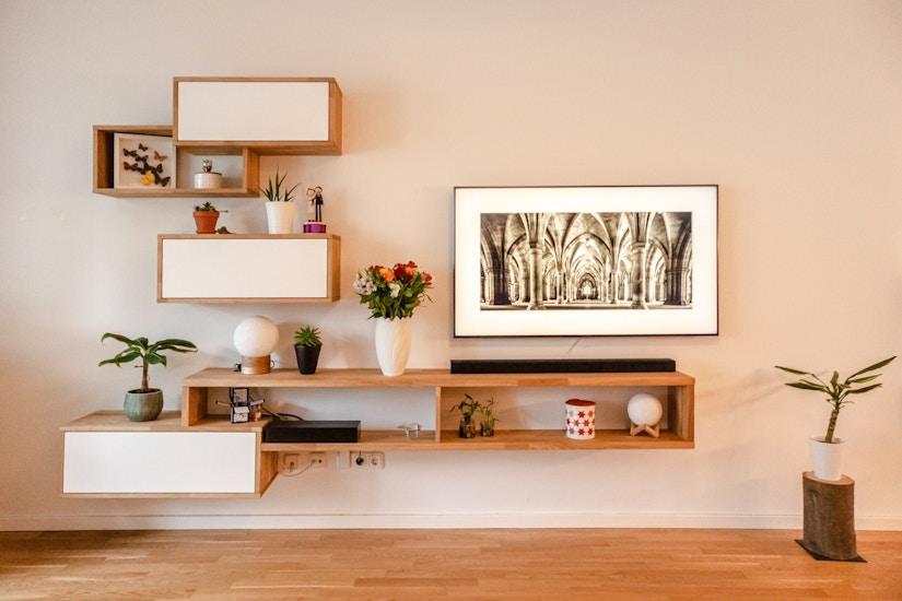 Filigrane Wandregale aus Massivholz