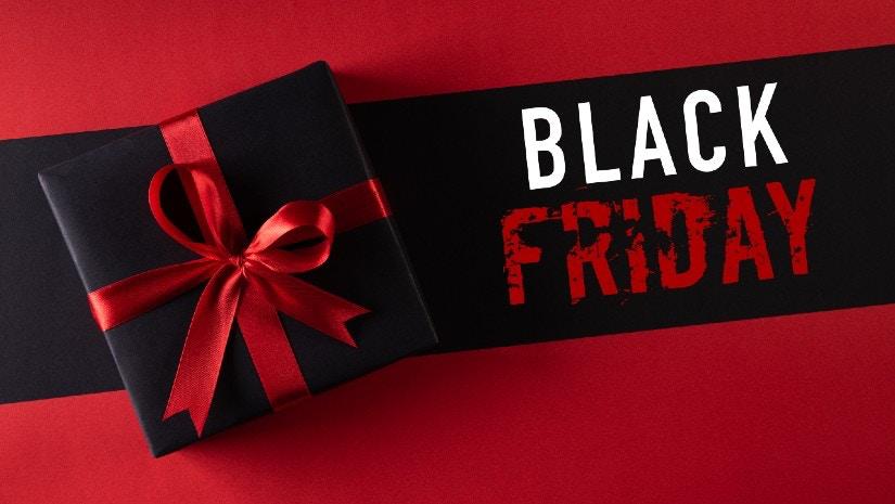 Rote Grafik mit Black Friday Schriftzug und einem Geschenk.
