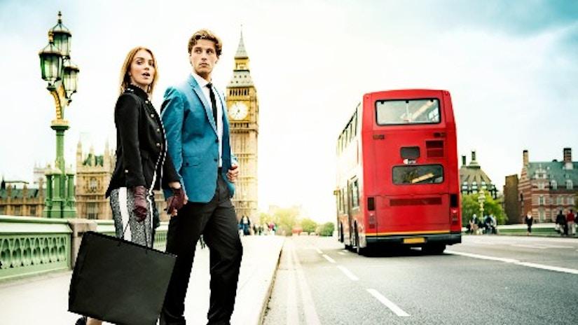 Ein Paar mit einer Einkaufstüte in London