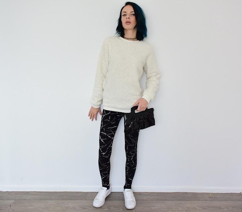 Frau mit schwarzer Leggings und Pullover