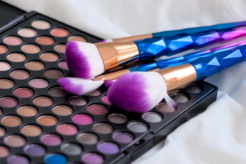 Farbige Puder und Make-Up-Pinsel
