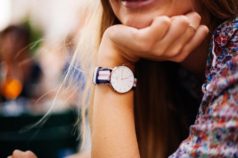 Frau trägt eine Daniel Wallington Uhr am Handgelenk