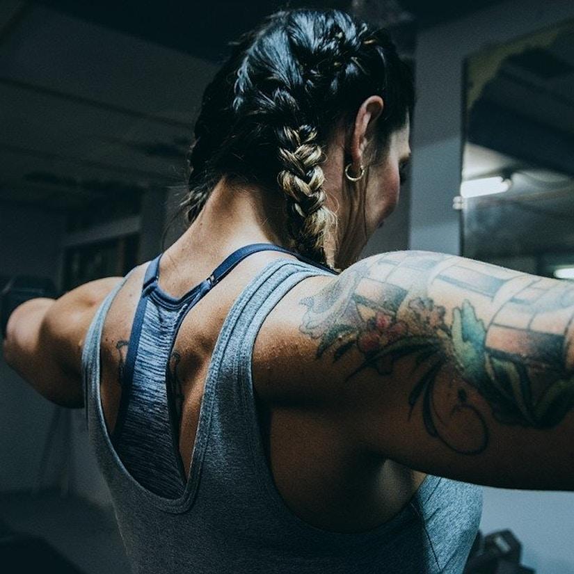 Rückenansicht von Frau mit Fitness-Mode beim Kraftraining