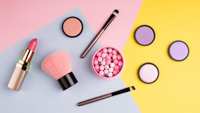 Make-up liegt auf einem Tisch.