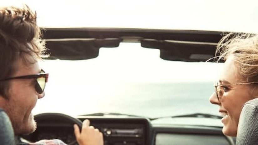 Ein Paar im Cabrio