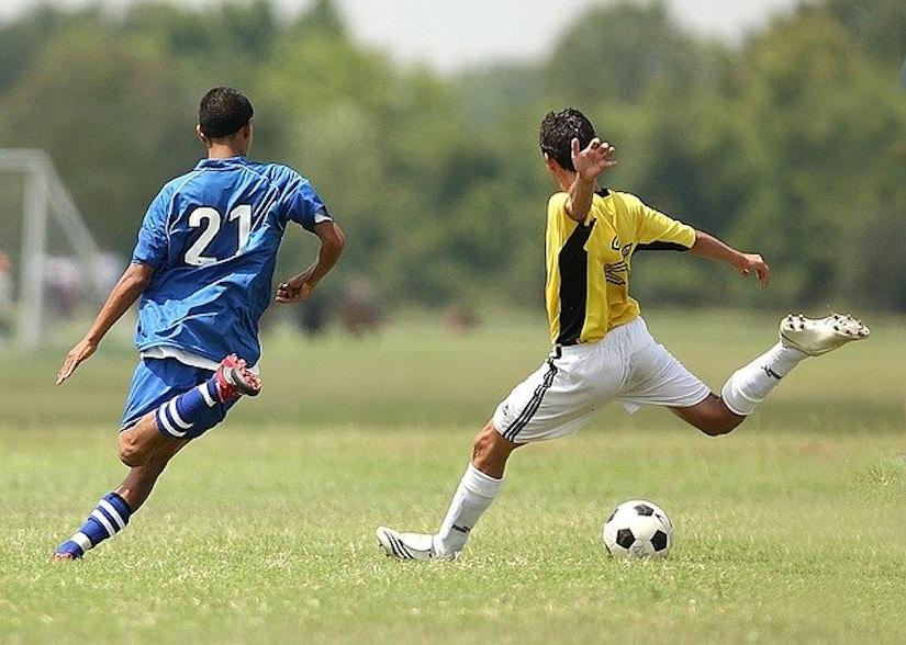 Ein Verteidiger versucht einen gegnerischen Fußballer kurz vor dem Schuss aufzuhalten