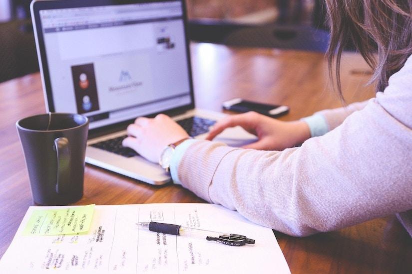 Frau arbeitet fleißig an ihrem Computer