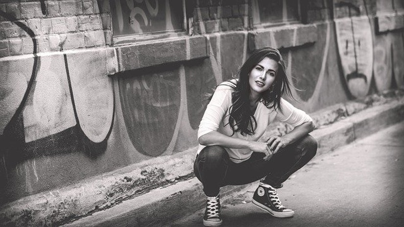 Frau mit Jeans und Converse-Schuhen for Graffiti