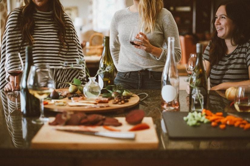 Fröhliche Frauen am Tisch beim Abendessen