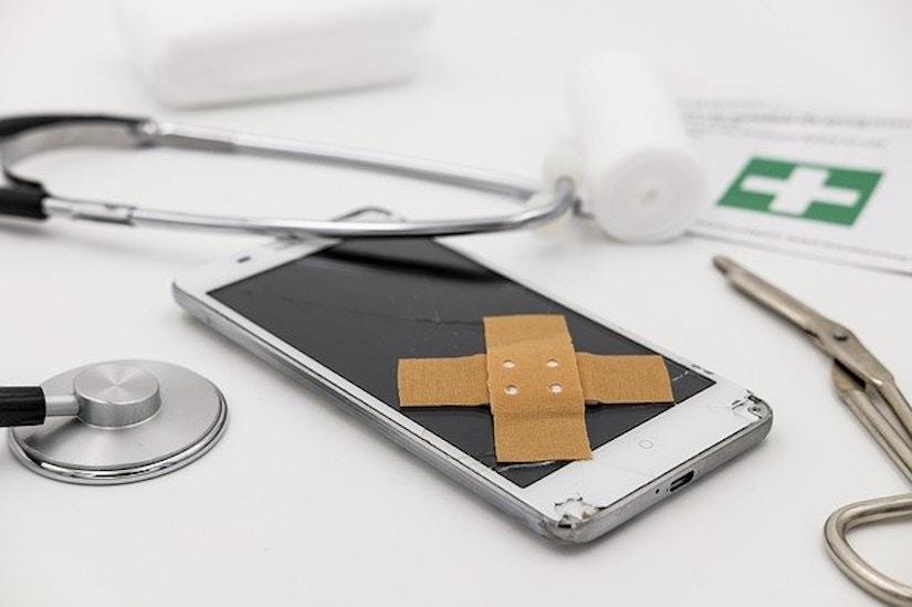 Handy mit Pflaster, Stetoskop
