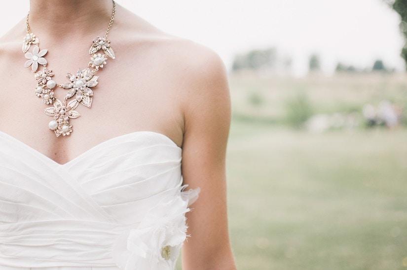 Braut mit großer floraler Kette