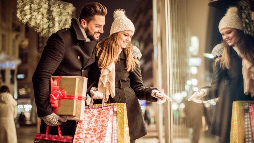 Ein Pärchen shoppt Weihnachtsgeschenke.