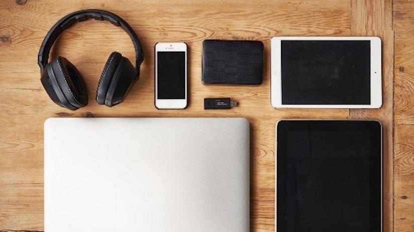 Ein Laptop, ein Tablet, ein Smartphone und Kopfhörer