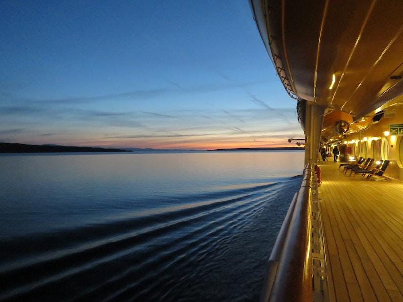 Blick vom Kreuzfahrtschiff im Sonnenuntergang