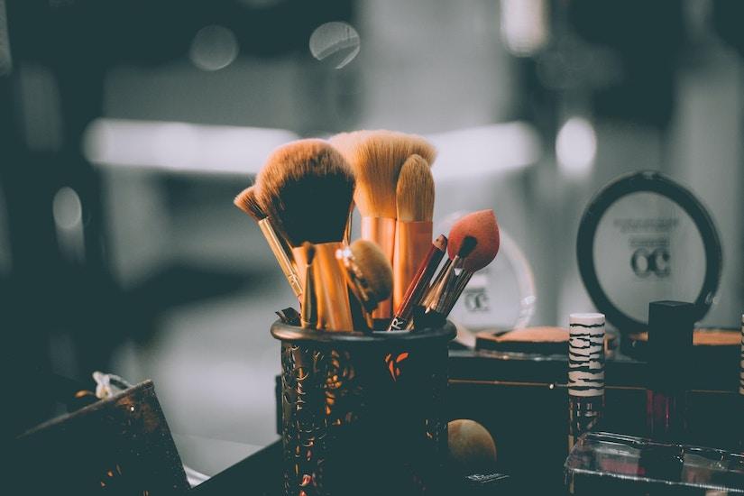 Verschiedene Pinseln und andere Make-Up Artikel