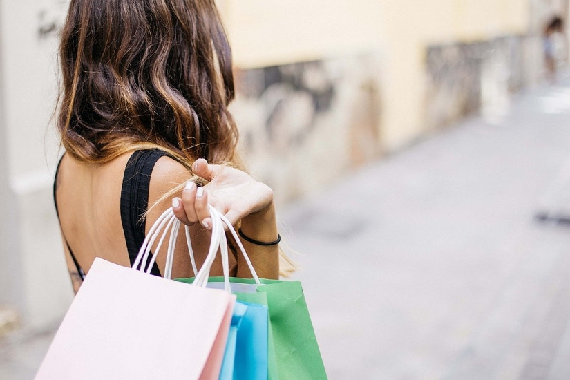 Eine Frau mit verschiedenen Einkaufstaschen
