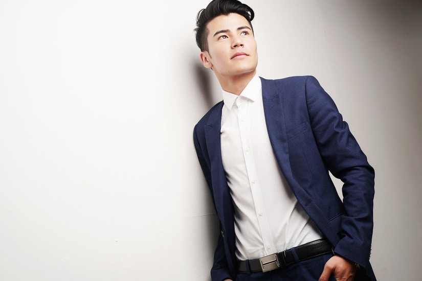 Mann in weißem Hemd und blauem Sakko