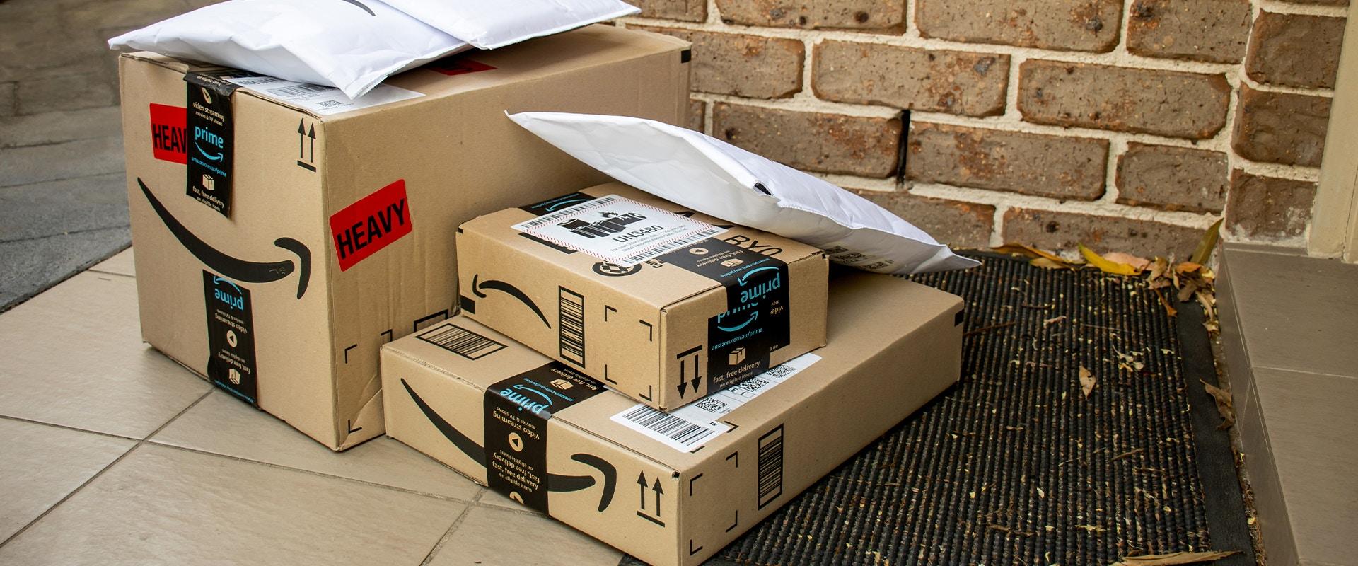Amazon Pakete vor einer Haustür