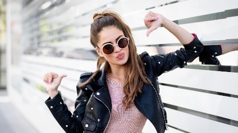 Eine junge Frau in einer Lederjacke