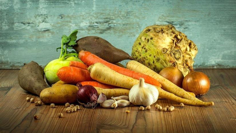 frisches Gemüse angerichtet wie bei einem Stillleben