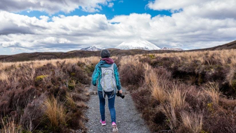 Wanderin mit Fotoapparat auf Hochebene
