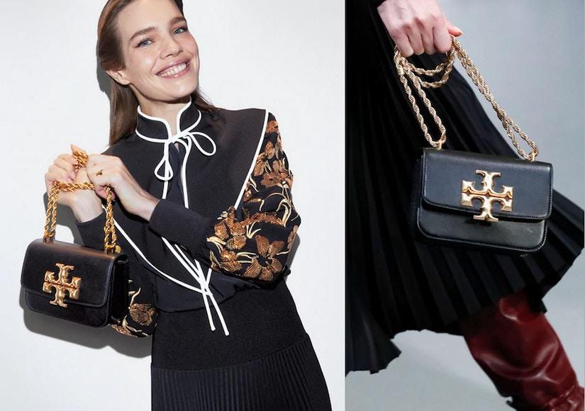 Models mit Faltenrock und Handtaschen