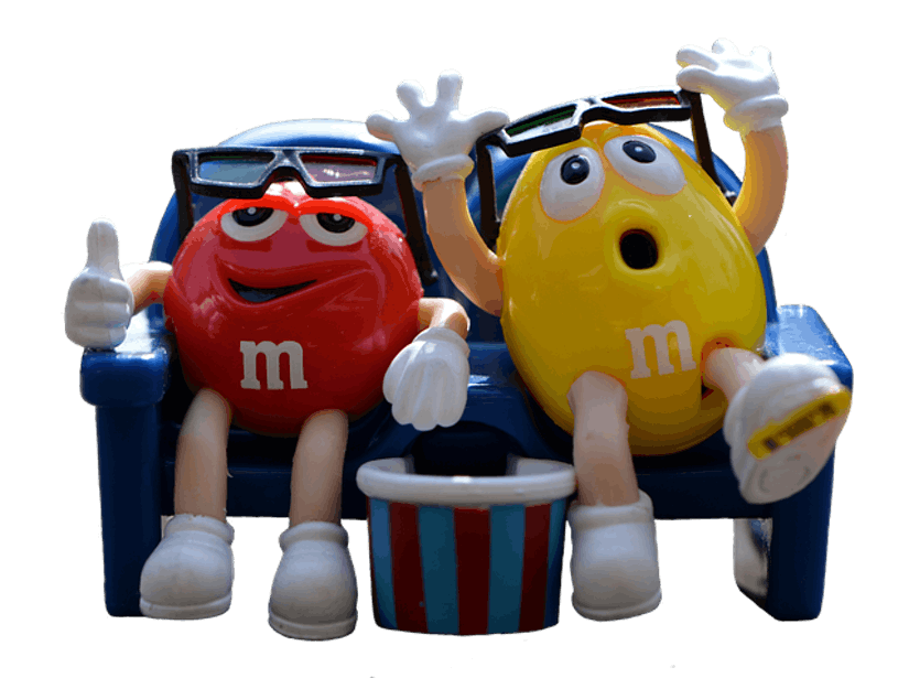 roter und gelber M&M auf Sofa