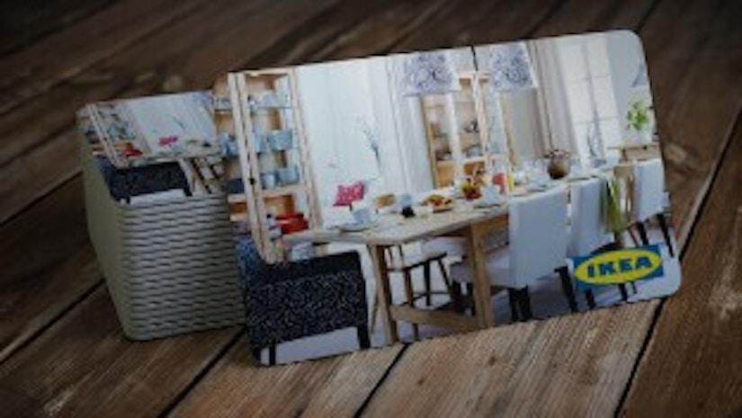 IKEA-Geschenkkarte auf einem Holzboden