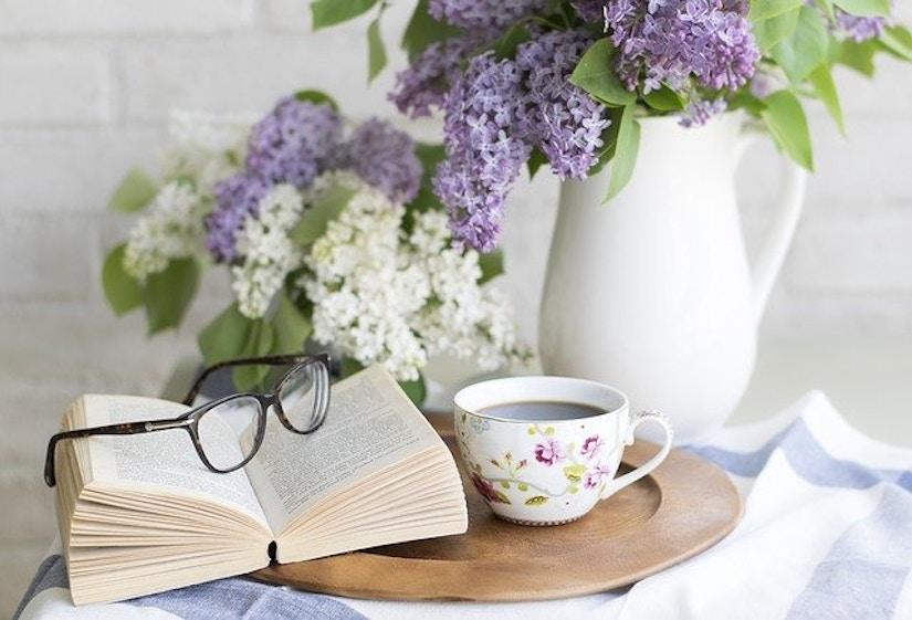 Blumensträuße auf Kaffeetisch