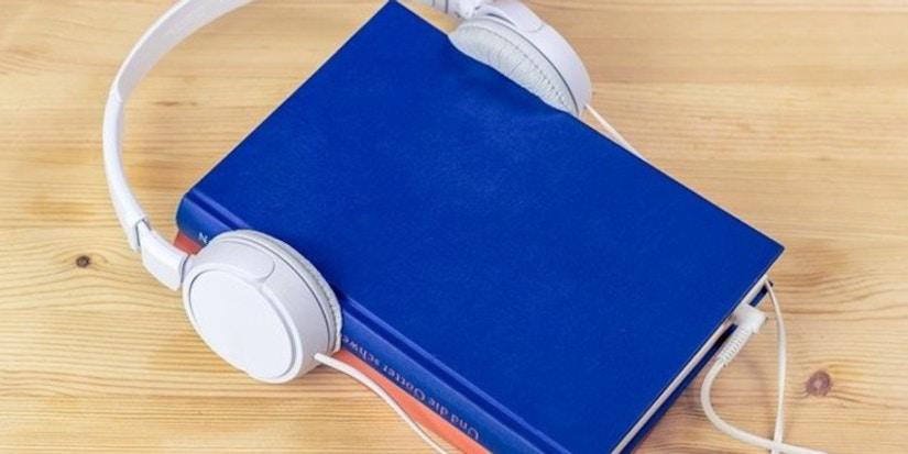 Buch mit Kopfhörern