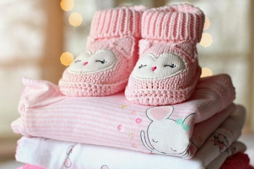 Baby-Schuhe und Kleidung