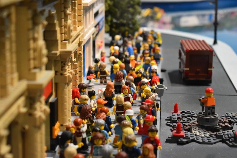 Straßenszene mit Lego-Figuren