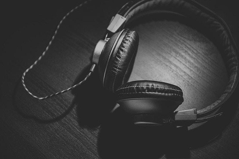 Ein Hifi-Kopfhörer aus dunkler Tischoberfläche