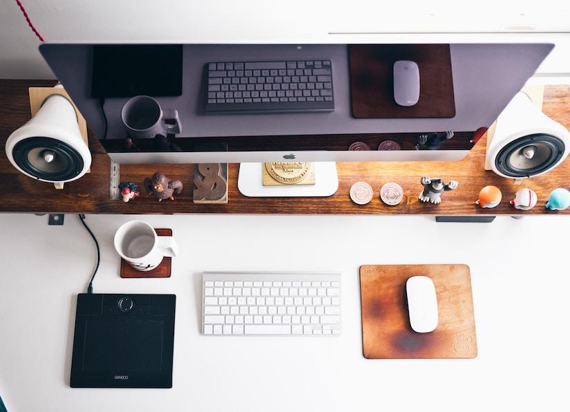 Flachbildschirm und Tastatur auf Schreibtisch
