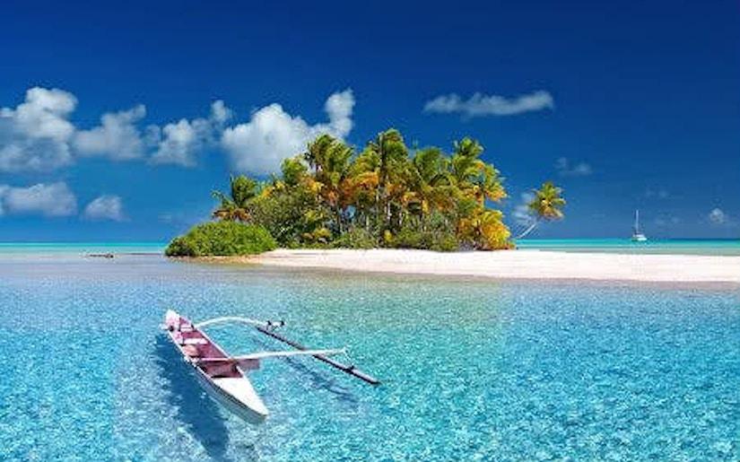 Boot auf einem Meer vor einer Insel