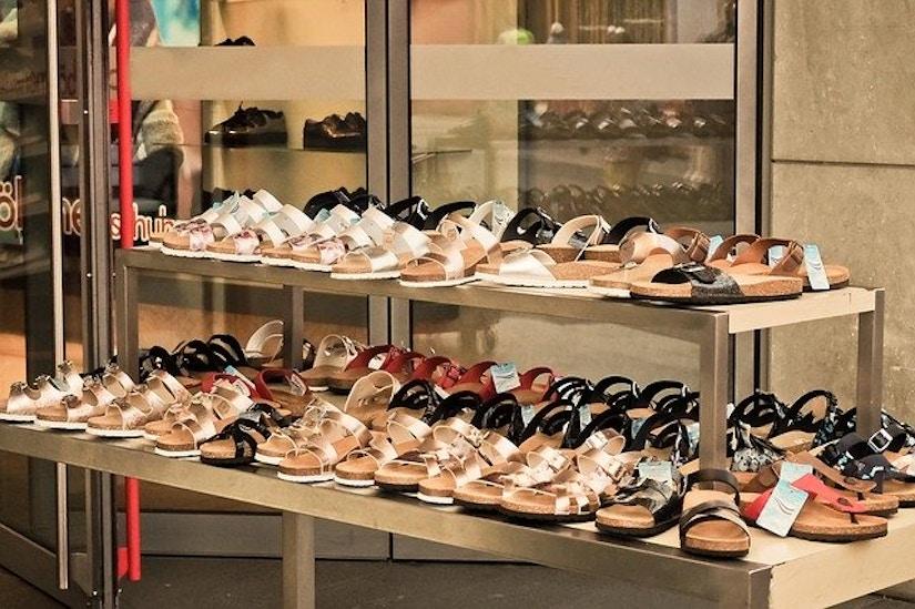 Schuhe auf Regal
