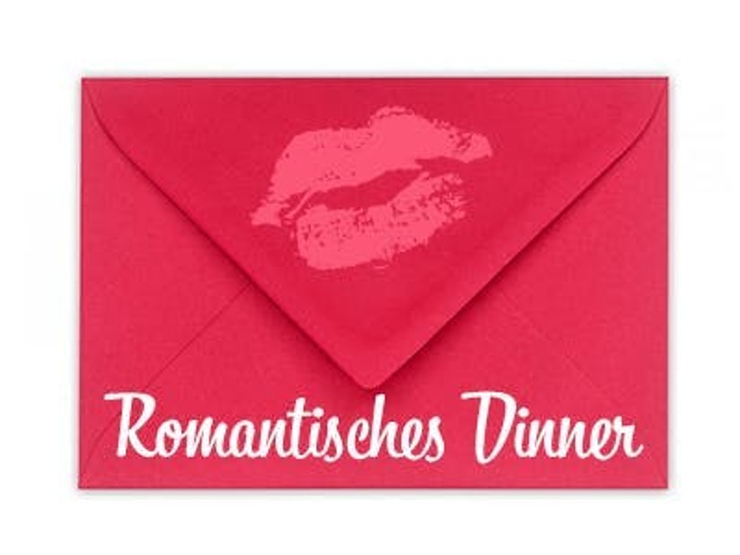 """Ein Briefumschlag mit dem Schriftzug """"Romantisches Dinner"""""""