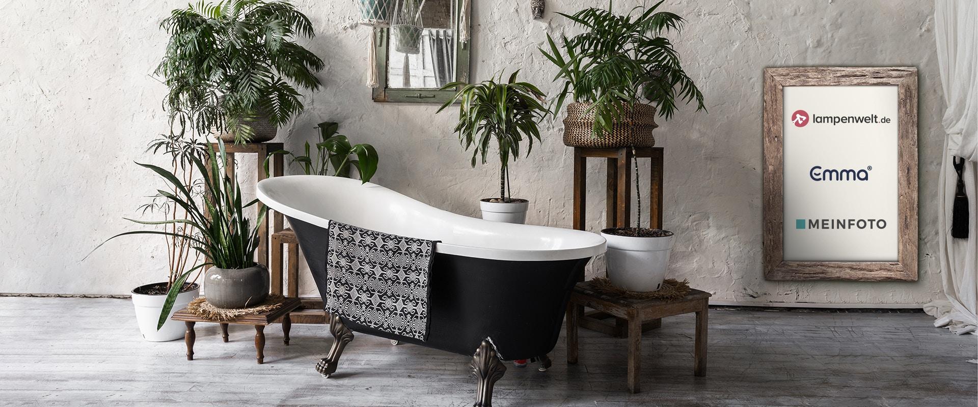 Eine Badewanne, umrandet von Pflanzen